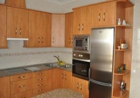Cocina en L con armarios y vitro