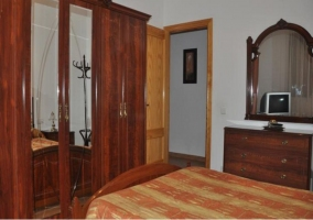 Dormitorio de matrimonio con armario de madera