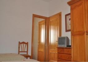 Dormitorio triple con aseo y armario de madera