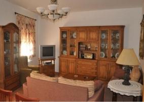 Sala de estar con televisor en la esquina