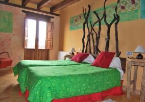Sala de estar bajo vigas de madera