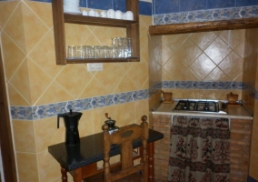 Sala de estar con detalles en forja y madera