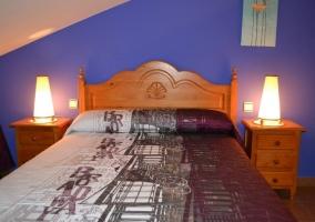 2 camas en una habitación azul