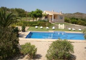 Acceso y vistas de la vivienda con piscina