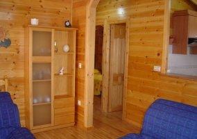 Sala de estar en madera con sillones azules