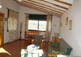 Sala de estar y comedor con techos abuhardillados