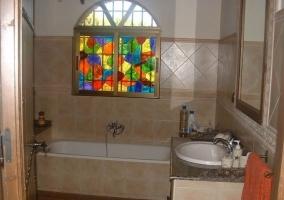 Aseo de la casa con bañera y vidriera