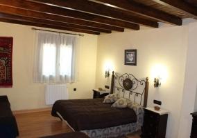 Dormitorio de matrimonio con suelo de madera