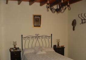 Vistas de la cama de matrimonio con vigas de madera
