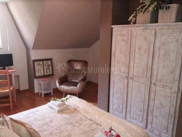 Dormitorio de matrimonio amplio y armario