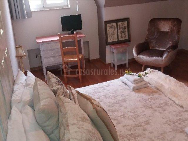 Dormitorio de matrimonio amplio y escritorio