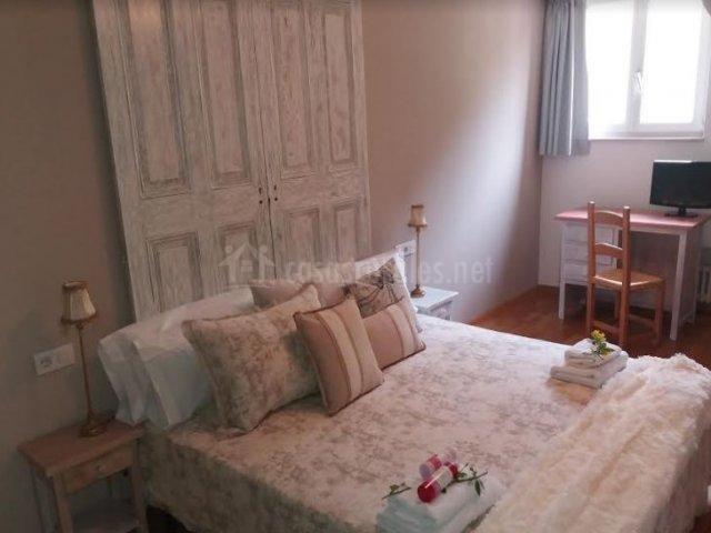 Dormitorio de matrimonio con originales cabeceros