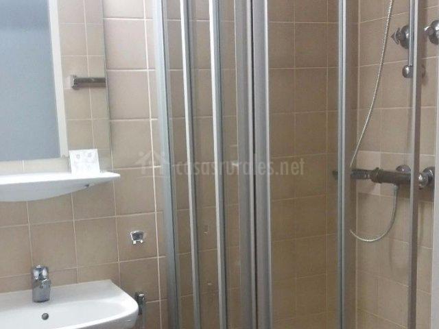 Dormitorio doble y su ducha con mampara