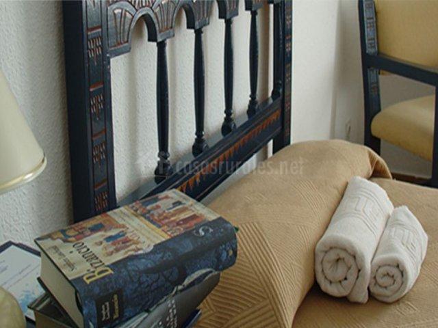 Dormitorio individual con toallas