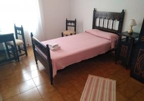 Dormitorio con colcha en rosa