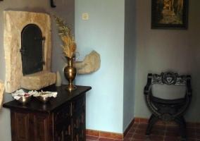 Entrada a la vivienda con muebles antiguos