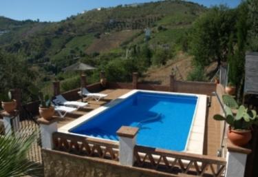 Casas rurales con piscina en la axarqu a for Casas con piscina en malaga