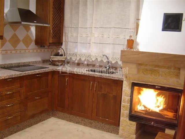 Casa mamica rosario en yegen granada for Cocinas con chimenea