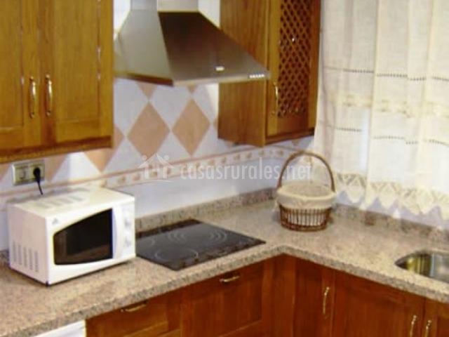 cocina comedor con chimenea cocina con muebles marrones de madera
