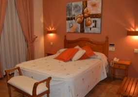 Doble con camas individuales y paredes en tonos rojizos