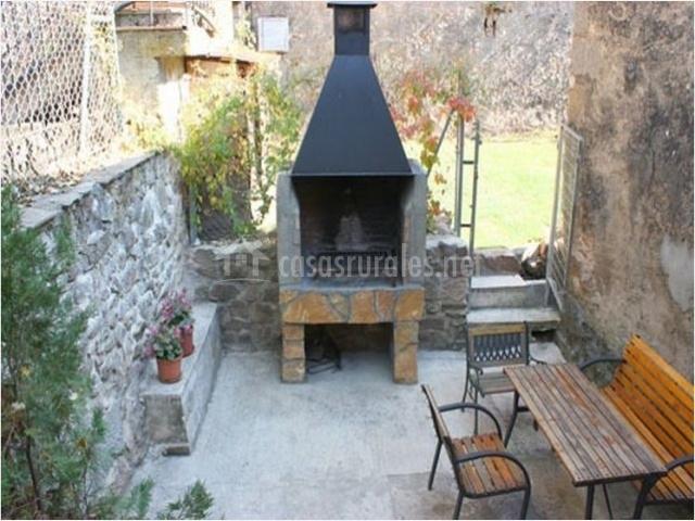 Pinares de soria en molinos de duero soria for Barbacoa patio interior