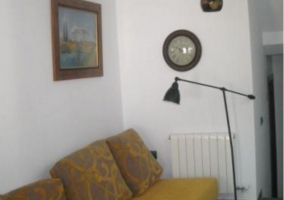 Sala de estar con detalles en la chimenea