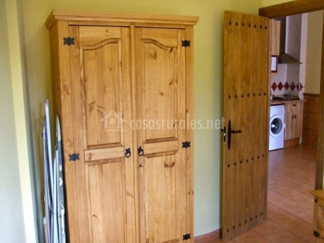 Dormitorio con mobiliario de madera