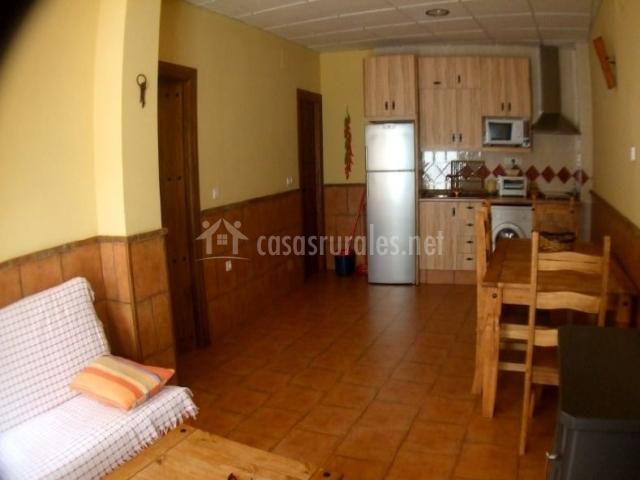 Sala de estar con cocina y comedor en el mismo espacio