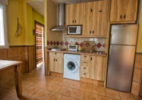 Acceso principal a la casa con puerta de madera