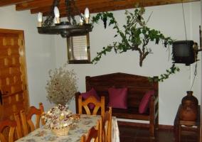 Sala de estar y comedor con lámpara tradicional