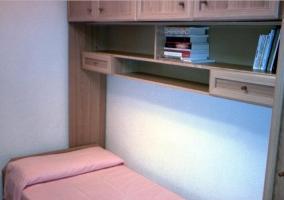 Dormitorio doble con mueble de madera