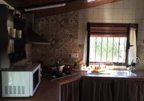 Cocina con mesa de madera y espacio abuhardillo