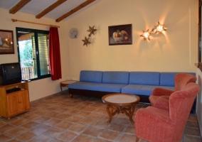 Acceso a la terraza con mesa y vistas del resto del complejo