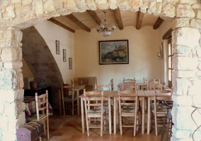 Comedor con mesas de madera natural