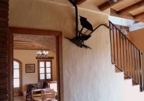 Comedor de la casa con mesa y sillas de madera