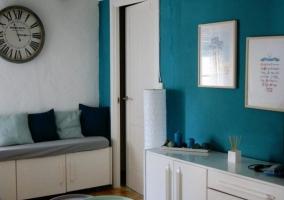 Sala de estar en azul y blanco con detalles