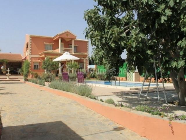 Acceso a la vivienda con camino y piscina