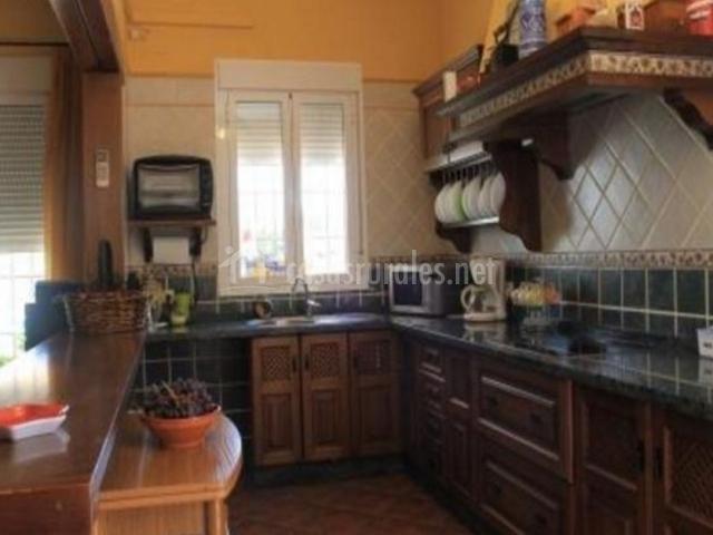 Cocina con barra americana y muebles de madera