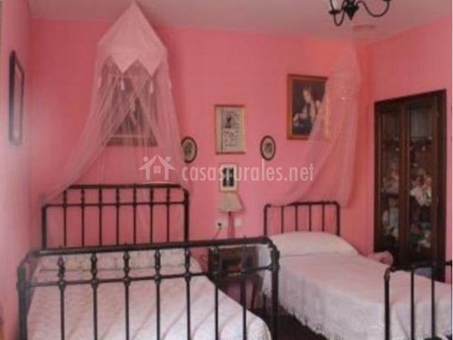 Dormitorio triple con cama de matrimonio e individual