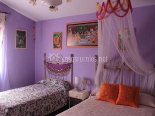 Dormitorio triple de color morado
