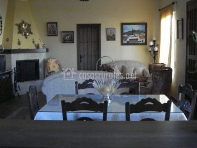 Sala de estar y comedor con chimenea y detalles sobre ella