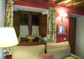 Sala de estar con cortinas y motivos florales