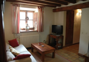 Sala de estar con sillones y mesa auxiliar de madera