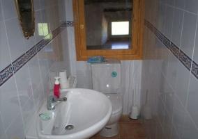 Aseo con lavabo y ventana