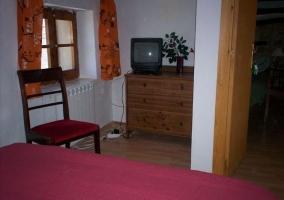 Dormitorio de matrimonio con mueble de madera