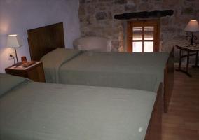 Dormitorio doble con suelos de madera
