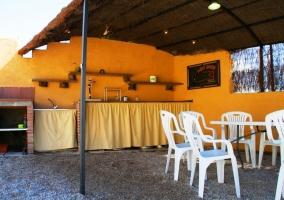 Barbacoa techada con mesas y silla