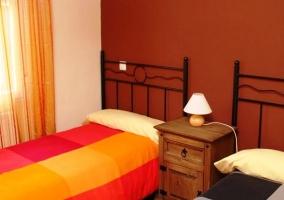 Dormitorio de las dos camas naranja y gris