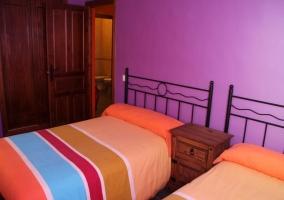 Dormitorio doble morado de la casa rural