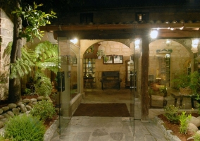 Jardín con mobiliario de piedra